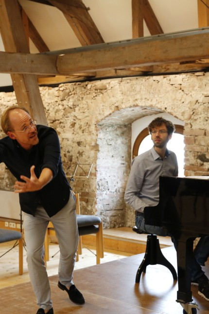Benediktbeuern: Markus Kreul hört den jungen Musikern mal mit ausladenden Gesten, mal mit geballter Faust zu.