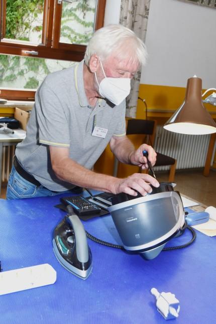Nachhaltigkeit: Hans Greil repariert eine Dampfbügelstation.