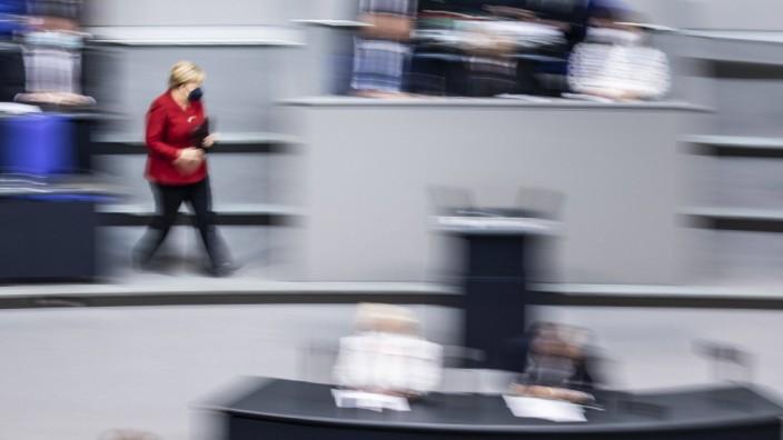 Angela Merkel, Bundeskanzlerin, aufgenommen im Rahmen ihrer Regierungserklaerung bei einer Sondersitzung zur Situation