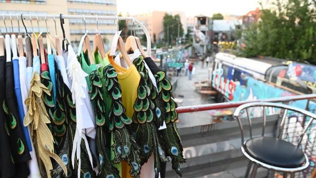 Isarvorstadt: Wider die Wegwerf-Mentalität: Secondhand-Kleidung ist nachhaltig, weil bei Material und Herstellung durch die Wiederverwendung Ressourcen gespart werden.