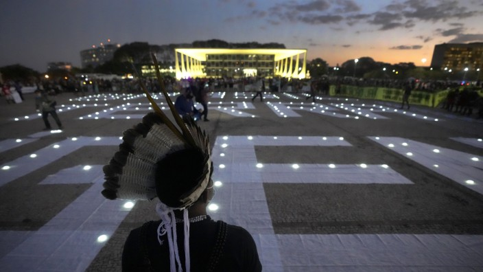 """Brasilien: """"Free Indigenous Land"""": Angehörige indigener Völker demonstrieren vor dem Obersten Gerichtshof in Brasilia für ihr Recht auf das Land ihrer Vorfahren."""