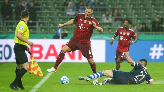 v.li.: Niklas Süle (FC Bayern München, 4) und Oscar Garcia Garcia (Bremer SV, 21) im Zweikampf, Duell, Dynamik, Aktion,
