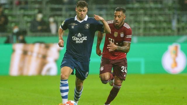 v.li.: Jan-Luca Warm (Bremer SV, 27) und Corentin Tolisso (FC Bayern München, 24) im Laufduell, Zweikampf, Duell, Dynam