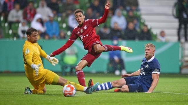 25.08.2021, Fussball DFB Pokal 2021/2022, 1. Runde, Bremer SV - FC Bayern München, im Weserstadion Bremen. Torschuss zum
