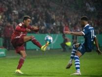 Jamal Musiala (FC Bayern Muenchen 42) im Zweikampf mit Lamine Diop (Bremer SV 14), GER, Bremer SV vs. FC Bayern Muenche