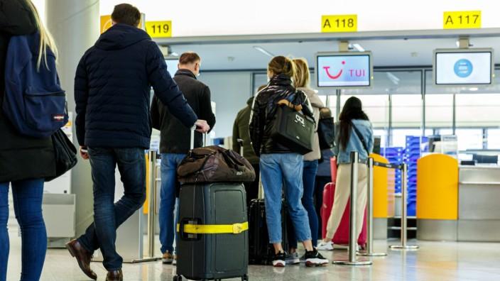 DEUTSCHLAND, NIEDERSACHSEN, LANGENHAGEN, 21.03.2021 - Erster Flug nach Mallorca - Flughafen Hannover-Langenhagen - Reis