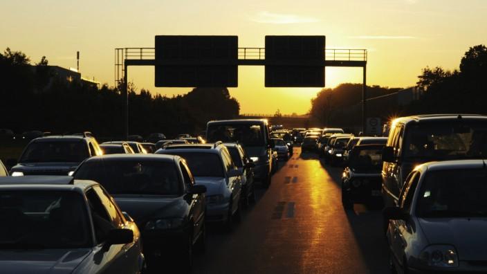 """Auto-Debatte: Sprit müsse """"40 bis 55 Cent pro Liter mehr bis 2030"""" kosten, fordert Hochfeld."""