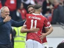 Nach Spielende: Schlussjubel Trainer Coach Christian Streich SC Freiburg SCF bdankt sich bei Ermedin Demirovic SC Freibu