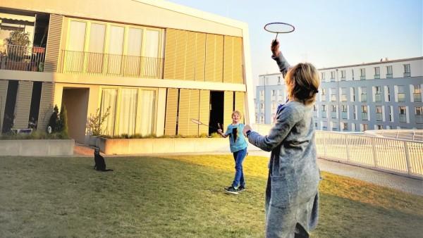 Arcaden Dach Wohnung Familie Geuder Lou und Mutter Bettina beim Federball