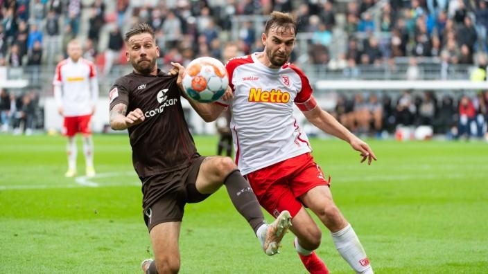 v. li. im Zweikampf Guido Burgstaller (FC St. Pauli 09), Benedikt Gimber (SSV Jahn Regensburg 05), FC St. Pauli vs. SSV