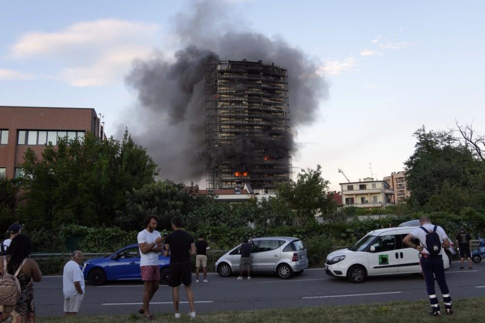 Brand zerstörte Hochhaus in Mailand