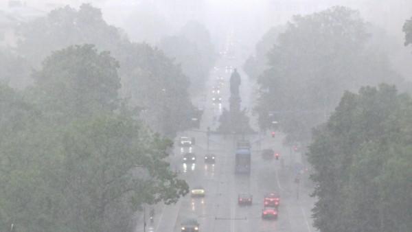 Regenunwetter in der Stadt. Ein starker Regen geht über München herab. In der Maximilianstrasse herrscht das Unwetter mi