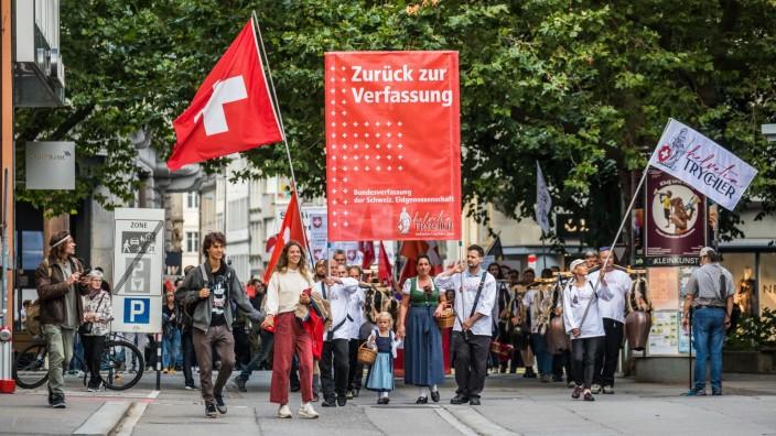 St. Gallen, Schweiz - 25. August 2021: Um gegen die Verschärfung des Covid-Zertifikat zu protestieren haben sich etwa 5