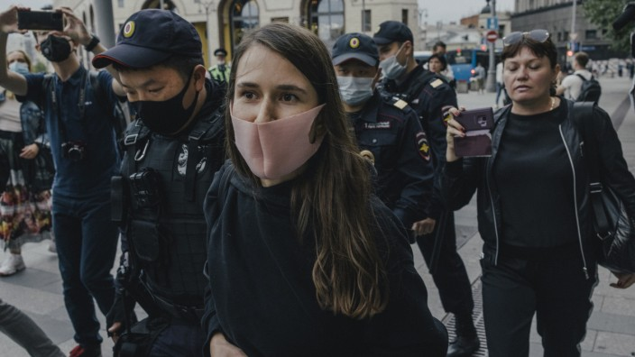 Journalist Sonya Groysman is arrested in front of the the Russian Federal Security Service (FSB) building where she held a single picket in support of independent media, in Moscow, on Saturday, Aug. 21, 2021. (Nanna Heitmann/The New York Times)