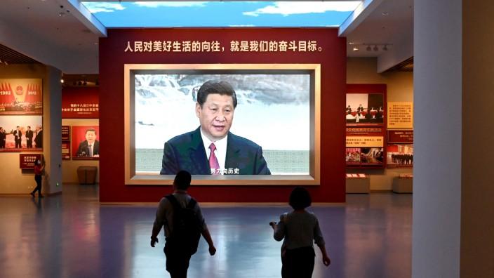 """China: Chinas Parteichef Xi Jinping: """"Wir können einigen Menschen erlauben, zuerst reich zu werden""""."""