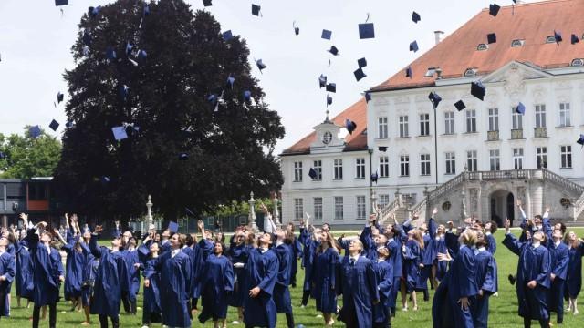 Jubiläum in der Bavarian International School: Zeit zu Feiern: Die diesjährigen Absolventen der BIS werfen ihre Hüte in den Himmel.
