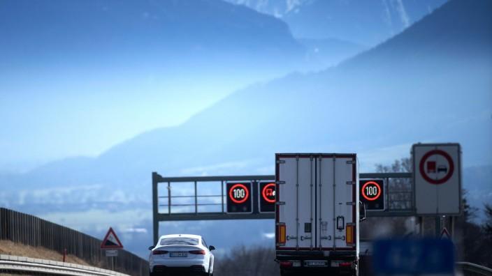 WILPARTING: Blick vom Irschenberg auf die verschneiten bayerischen Alpen