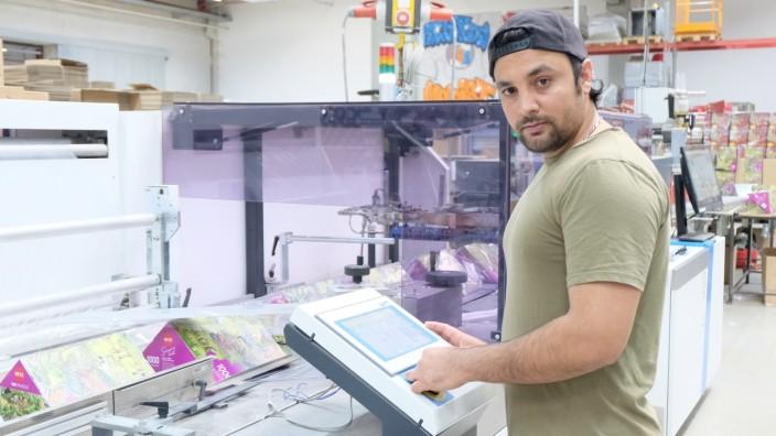 Omar Suleimankhil an seinem Arbeitsplatz bei Ludo Fact. Nachdem er nicht abgeschoben wird, kann er nun die Ausbildung zum Anlage- und Maschinenführer anfangen.
