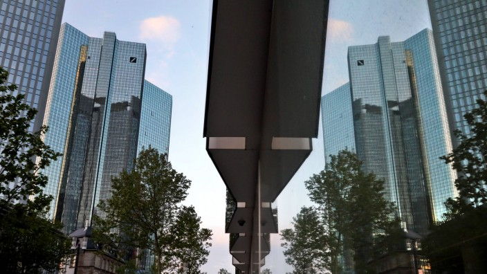 01 05 2019 Frankfurt DEU Die Tuerme der Deutschen Deutschen Bank spiegeln sich im Gebaeude der DWS