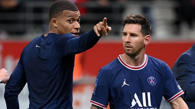Internationaler Transfermarkt: Da hinten ist eine tolle Churrascaria, Lionel! Zugang Messi (rechts) wirkt etwas erstaunt, dass Kylian Mbappé noch in Paris ist - und wohl bleibt.
