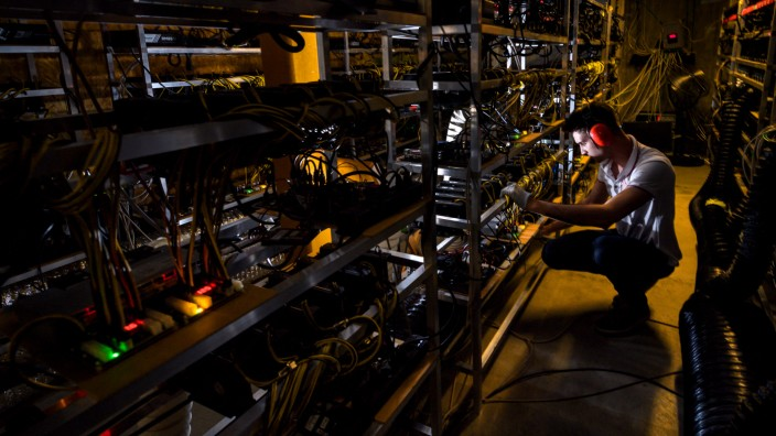 Job: Blockchain-Experte: Der Schweizer Unternehmer Ludovic Thomas bei der Arbeit. Das Bild entstand 2018 beim Mining von Cyberwährungen im Dorf Gondo im Kanton Wallis.