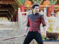 """Im Kino: """"Shang-Chi and the Legend of the Ten Rings"""": Prügelei im Märchenwald"""