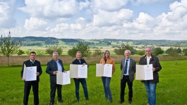 Projekt im Kreis Ebersberg: Georg Huber (von links), Josef Schwäbl, Robert Niedergesäß, Ursula Mesch, Josef Holzmann und Hans Fent nehmen ihre Urkunden für den Staatspreis entgegen.