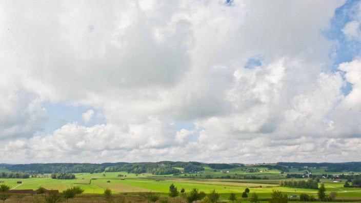 Projekt im Kreis Ebersberg: Im 19. Jahrhundert war das Kerngebiet des Brucker Hochmoors auf gerade einmal sechs Hektar zusammengeschrumpft. Durch Beackerung, Nutzungsintensivierung und Entwässerung wurde der charakteristische Lebensraum für Tier- und Pflanzenarten immer weniger. Mittlerweile ist zu sehen, dass dort ein Umdenken stattgefunden hat.