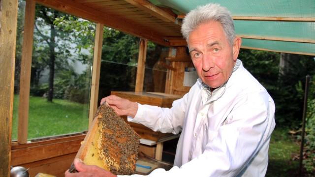 Imker Hubert Dietrich mit Bienen; Hubert Dietrich aus Starnberg:
