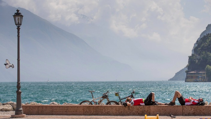Aktivurlaub: Reise mit Aussicht: Die Anstrengungen bei einer Radtour durch die Gegend am Gardasee werden belohnt.