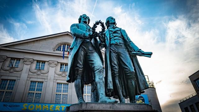 Weimar im Bundesland Thüringen; Theaterplatz, Deutsches Nationaltheater, Goethe - Schiller Denkmal Weimar *** Weimar in