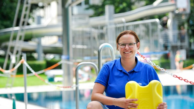 Sommer in München: Denise Zeiner war schon als Schülerin bei der Wasserwacht und gewann später Wettbewerbe. Jetzt kümmert sich die Schwimmmeisterin um die Sicherheit im Prinzregentenbad.