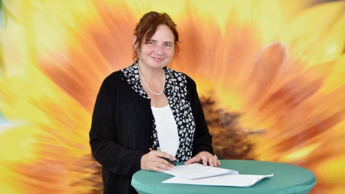 Die Grünen: Die Sonnenblume im Hintergrund ziert eine Wand im neuen Wahlkreisbüro von Beate Walter-Rosenheimer in Gröbenzell.