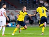 Fußball, WM Quali, Schweden - Spanien 210902 Viktor Claesson and Alexander Isak celebrate after the 1-1 goal during the