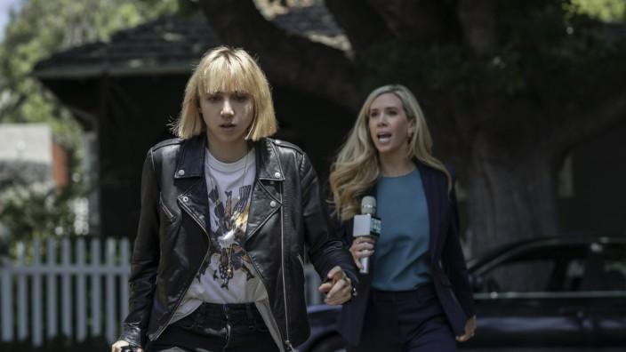 """""""Clickbait"""" bei Netflix: Interessante Prämisse, nichts dahinter: Pia (Zoe Kazan, l.) versucht das Rätsel um das Verschwinden ihres Bruders aufzuklären."""