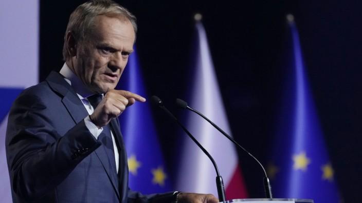 """""""Unverantwortliche und unreife Politik"""" wirft der polnische Oppositionsführer Donald Tusk der PiS-Regierung in Warschau vor. Sie sei mit ihrer Verletzung der europäischen Rechtsordnung schuld am Auszahlungsstopp für die EU-Milliarden."""