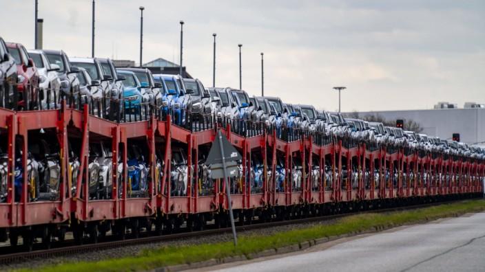BMW Neuwagen, auf Frachtwagons, im Hafen von Cuxhaven, werden von hier aus nach Grossbritannien und nach Skandinavien ve
