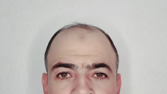"""Wahlbeobachter: Abdulmunaam Abdulhadi aus Syrien hat """"seinen Traumjob"""" gefunden, wie er sagt."""