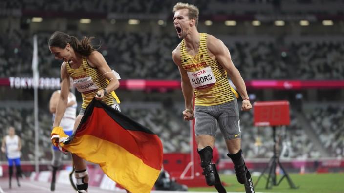 Paralympics: Johannes Floors (re.) und Silber-Gewinnerin Irmgard Bensusan: Konnten ihre Erfolge im Nationalstadion in Tokio gemeinsam feiern