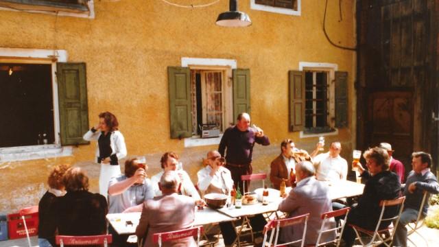 """""""Schwarze Gans"""" in Tutzing: In den ehemaligen Pferdestall passten nur drei Tische, darum wurde häufig draußen zugeprostet."""
