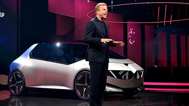 IAA-Rundgang: BMW-Chef Oliver Zipse präsentiert die BMW i Vision Circular.