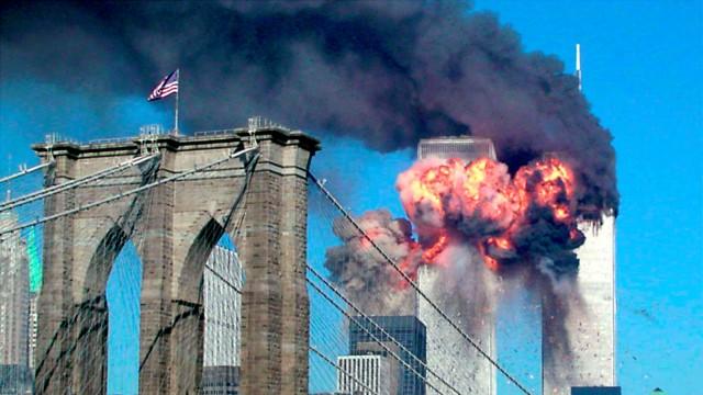 Über die Brooklyn Bridge hinweg ist zu sehen, wie das zweite Flugzeug im World Trade Center explodiert.