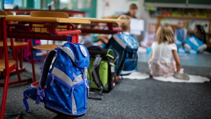 Ranzen von Erstklässler im Klassenzimmer. Die Schülerinnen und Schüler sollen ein Recht auf Ganztagsbetreuung bekommen.
