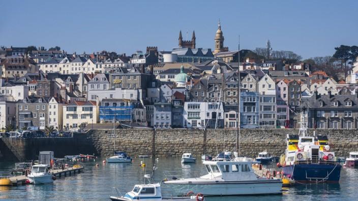 United Kingdom Channel islands Guernsey seafront of Saint Peter Port PUBLICATIONxINxGERxSUIxAUTxH