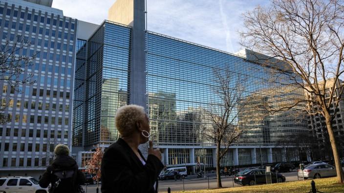 WASHINGTON D.C., UNITED STATES - FEBRUARY 3, 2020: A local resident by the World Bank headquarters. Valery Sharifulin/TA