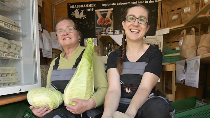 Landdwirtschaft: Die Niederschläge waren für manche Landwirte ein Segen, aber nicht für alle: Cornelia Hartl und Fee Schröder (v.l.) mit frisch geernteten Krautköpfen und Kartoffeln in Ismaning.