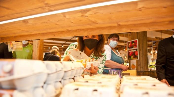 Landwirtschaft in Pliening: Landwirtschaftsministerin Michaela Kaniber begutachtet die Produkte im Zehmerhof der Familie Huber in Gelting.