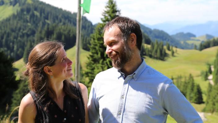 """Bayerische Alpen: """"Die Hütte hüttiger machen"""": Rosa und Sebastian Lohrmann, die neuen Pächter der Priener Hütte, haben viele Ideen - etwa Bildungsangebote für Schulklassen."""