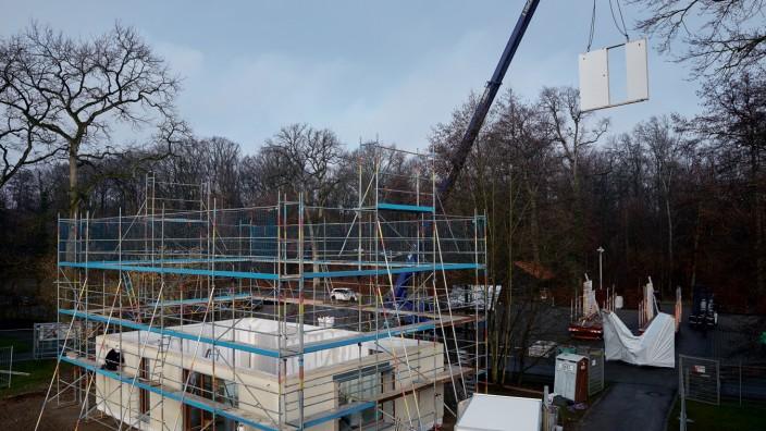 Bauindustrie: Eine Baustelle von Weber Haus. Die Elemente für das Fertighaus werden im Werk vorgefertigt.