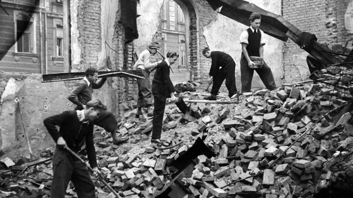München beim Wiederaufbau Wiederaufbau in der Münchner Innenstadt, Rama Dama, der Schutt wird weggeräumt am 10.06.1946.